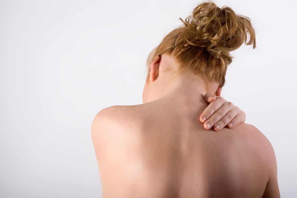 Chronische Schmerzen plagen viele Menschen in Deutschland. Oft verwenden wir Schmerzmittel, um diese Schmerzen zu behandeln. Forscher suchten jetzt nach alternativen Möglichkeiten, um betroffenen Menschen zu helfen. (Bild: Stefan Redel/fotolia.com)