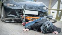 Das Tragen eines Fahrradhelms reduziert bei Unfällen das Risiko für schwere Kopfverletzungen. Trotzdem sind nicht alle Experten für die Einführung einer gesetzlichen Helmpflicht. (Bild: Picture-Factory/fotolia.com)