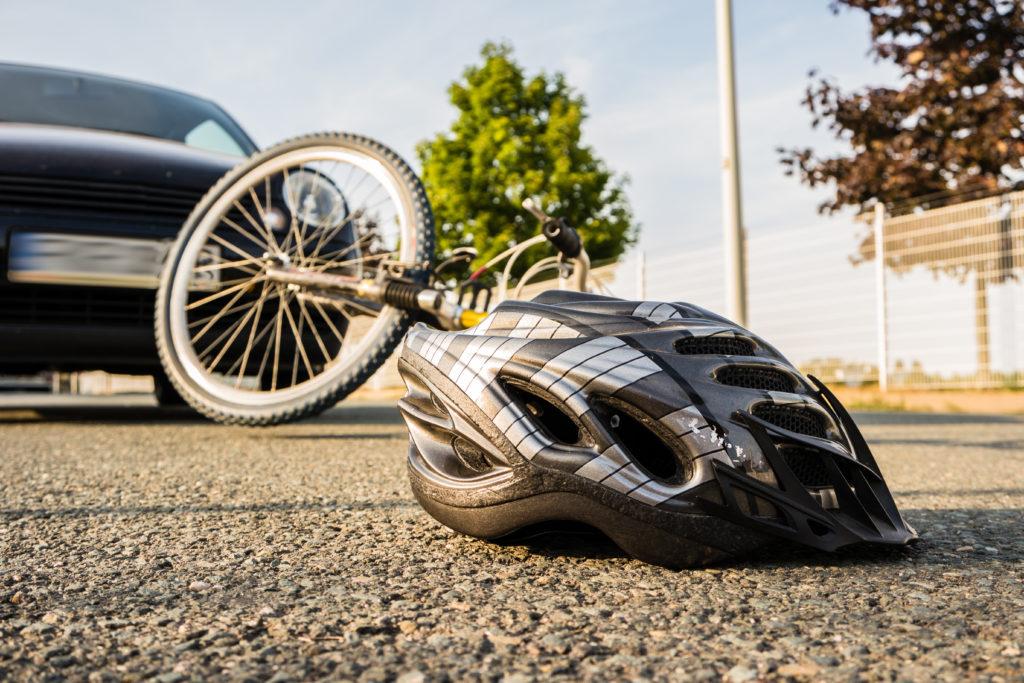 Viele Eltern achten darauf, dass ihre Kinder einen Fahrradhelm tragen. Oft tragen die Eltern selber aber keine Helme. Dabei können Helme schwere Verletzungen und sogar Todesfälle verhindern. (Bild: animaflora/fotolia.com)