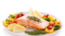 Von zu fettreicher Ernährung wird zwar meist abgeraten, doch Fischsorten wie Lachs dürfen ruhig auf den Tisch. Fettreicher Fisch mindert das Herzinfarkt-Risiko. (Bild: Jacek Chabraszewski/fotolia.com)
