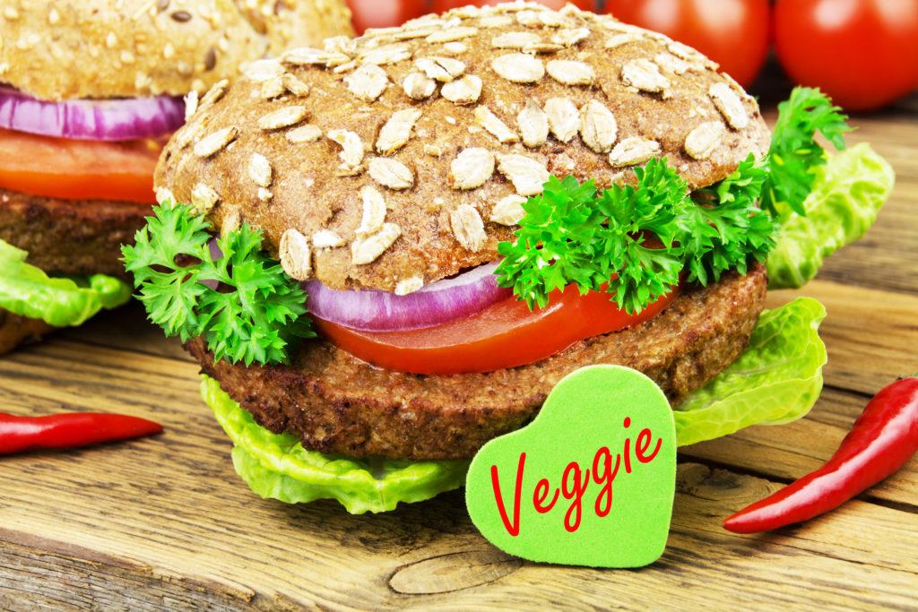 Vegetarische Schnitzel, Würstchen oder Burger werden immer beliebter. Die Stiftung Warentest hat nun einige Fleischersatzprodukte getestet und in manchen Mineralölbestandteile gefunden. (Bild: PhotoSG/fotolia.com)