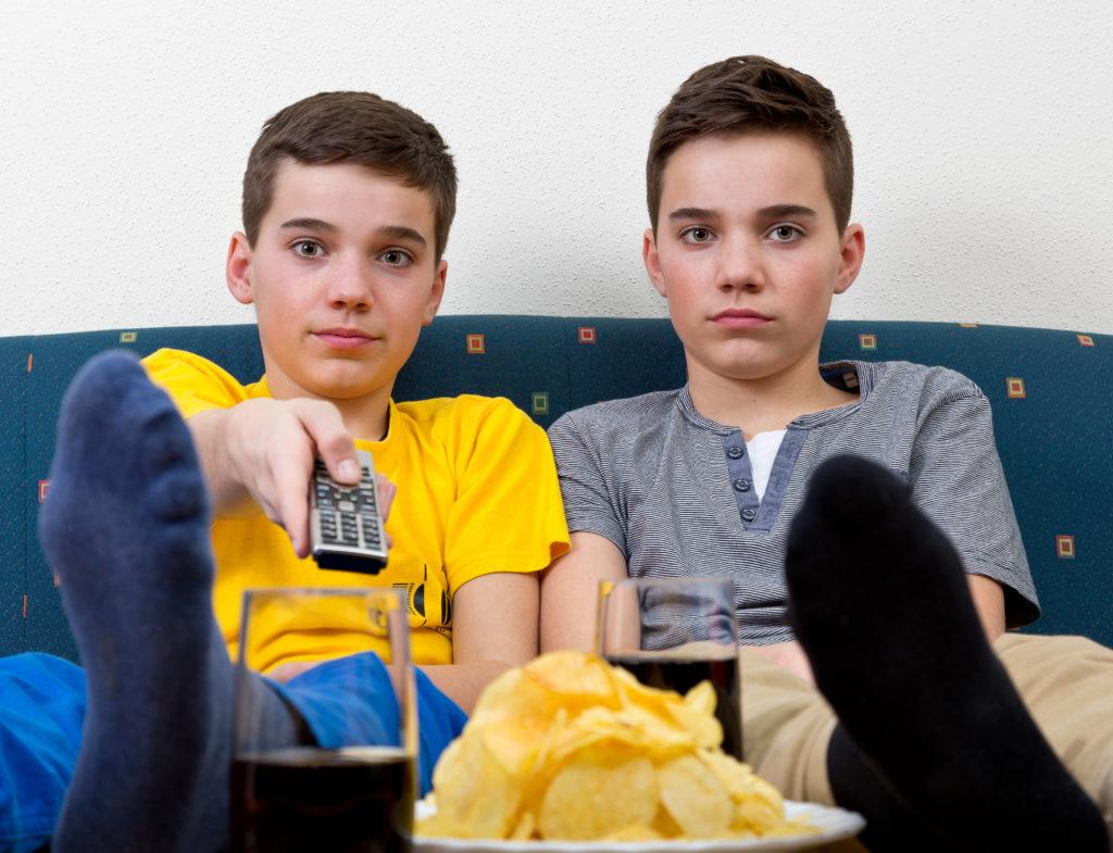 Die meisten Heranwachsenden lieben ungesunde Lebensmittel wie Cola und Chips. Die häufige Folge: Übergewicht oder Adipositas. US-Psychologen berichten nun, wie man Jugendliche von gesünderer Ernährung überzeugen kann. (Bild: Markus Bormann/fotolia.com)