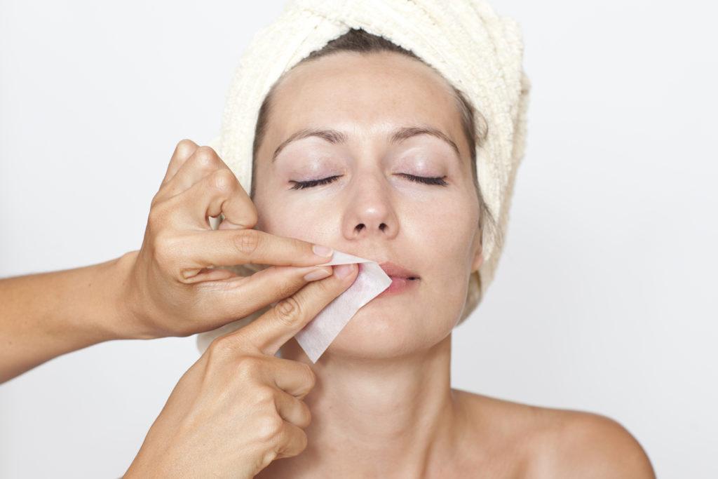 Bei Frauen kann ein starker Haarwuchs, etwa auf der Oberlippe, auf eine Eierstockerkrankung hinweisen. Das sogenannte Polyzystische Ovarsyndrom (PCOS) kann dazu führen, dass betroffene Frauen Probleme haben, schwanger zu werden. (Bild: Adam Gregor/fotolia.com)