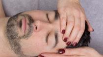 """Viele Menschen setzen bei gesundheitlichen Problemen auf  natürliche Behandlungen. Nach  drei Todesfällen ist der Heilpraktiker-Berufsstand in die Kritik geraten. SPD-Gesundheitsexperte Lauterbach meint, sogar ein Verbot des Berufsstandes sei """"eine Möglichkeit"""". (Bild: bmf-foto.de/fotolia.com)"""