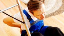 Vor allem viele Männer sind begeisterte Heimwerker. Die Tätigkeiten enden aber nicht selten in üblen Rückenschmerzen. Körperschonendes Arbeiten beugt den Beschwerden vor. (Bild: Piotr Marcinski/fotolia.com)