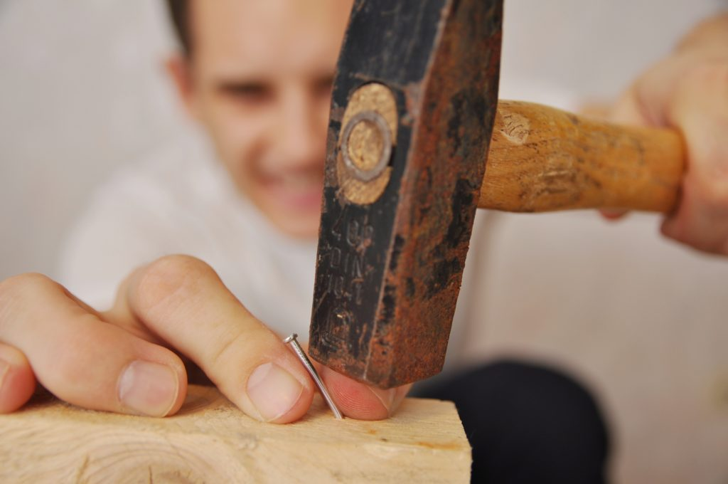 Millionen Deutsche sind begeisterte Heimwerker. Leider kommt es bei den heimischen Tätigkeiten auch immer wieder zu Verletzungen wie Quetschungen oder Schnittwunden. Experten erklären, was dann zu tun ist. (Bild: eugenwalter/fotolia.com)