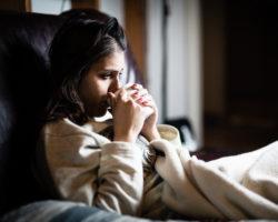 Vor allem nachts, wenn quälender Husten das Schlafen verhindert,  greifen viele Menschen zu Hustenstillern. Hier können auch verschiedene natürliche Hausmittel eingesetzt werden. (Bild: eldarnurkovic/fotolia.com)