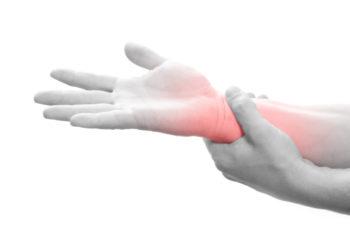 Das Karpaltunnelsydrom ist gekennzeichnet durch Missempfindungen und Schmerzen, die von der Hand bis weit den Arm hinauf ausstrahlen können. (Bild: SENTELLO/fotolia.com)