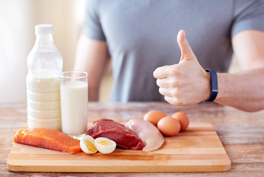 Eine eiweißreiche Diät hilft meist schnell beim Abnehmen. Doch die Low-Carb-Ernährung ist wegen möglicher Nebenwirkungen umstritten. (Bild: Syda Productions/fotolia.com)