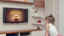 Kinder die fernsehen, sehen pro Jahr Zehntausende Werbespots. Diese beeinflussen das Essverhalten der Kleinen, wie Forscher feststellten. (Bild: Myst/fotolia.com)