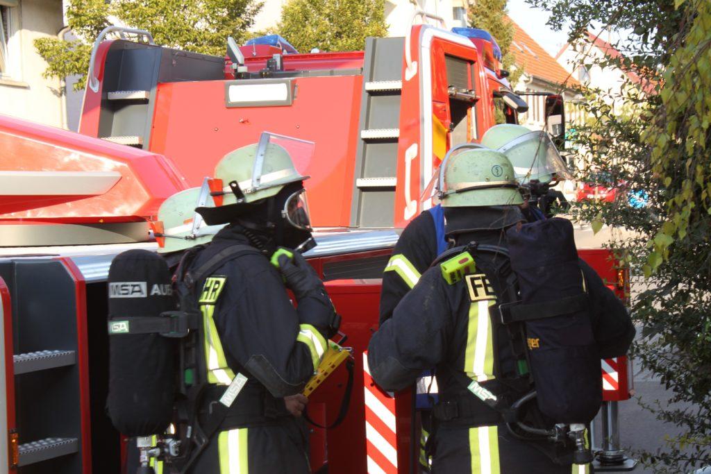 In einer Münchner Wohnung ist eine 65-jährige Frau bei einem Kohlenmonoxid-Unfall gestorben. Die herbeigerufenen Rettungskräfte konnten nichts mehr für die Seniorin tun. (Bild: Karl-Heinz H/fotolia.com)