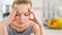 Rund zehn Prozent der Deutschen leiden regelmäßig an Kopfschmerzen. Die Beschwerden werden oft mit Medikamenten bekämpft. In vielen Fällen reichen einfache Hausmittel dafür aber völlig aus. (Bild: Alliance/fotolia.com)