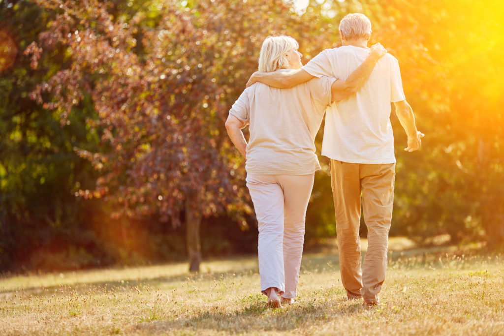 In einem Dorf in Italien leben die Menschen überdurchschnittlich lange. Viele Bewohner werden über hundert Jahre alt. Forscher versuchten jetzt herauszufinden, was hinter dem Geheimnis der Langlebigkeit steckt. (Bild: Robert Kneschke/fotolia.com)