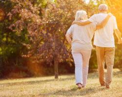 Zwei ältere Menschen gehen spazieren