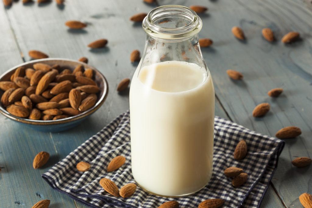 Früher war Mandelmilch vor allem in Bioläden oder Reformhäusern zu finden, heute gibt es sie in fast jedem Supermarkt. Das leckere Superfood ist reich an Mineralstoffen und Vitaminen und kann vor Krankheiten schützen. (Bild: Brent Hofacker/fotolia.com)