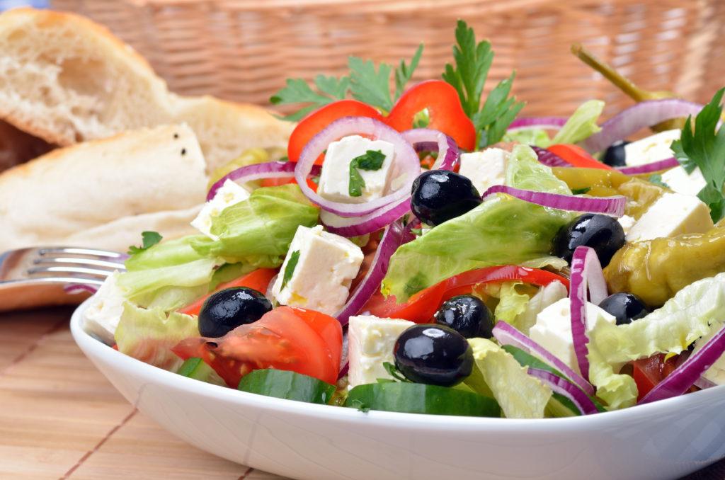 Einige Menschen leiden unter Herz-Kreislauf-Erkrankungen, welche sogar zum Tod führen können. Um Herzinfarkte und Schlaganfälle zu vermeiden, sollten Betroffene über eine sogenannte mediterrane Ernährung nachdenken. (Bild: kab-vision/fotolia.com)