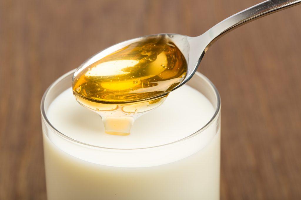 Heiße Milch mit Honig wirkt insbesondere bei trockenem Husten lindernd, sollte jedoch nicht bei vermehrter Sekretbildung eingesetzt werden.  (Bild: unpict/fotolia.com)