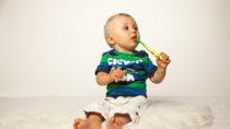Mit der Mundhygiene kann man gar nicht früh genug beginnen. Schon Milchzähne brauchen sorgfältige Pflege. Sonst droht die Schädigung der nachfolgenden Zähne. (Bild: Kristin Gründler/fotolia.com)