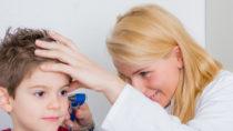 Eine Mittelohrentzündung betrifft häufig jüngere Kinder. Die erfolgreiche Behandlung zieht sich normalerweise über einen Zeitraum von zehn Tagen. Mediziner stellten fest, dass ein Antibiotika-Gel diese Aufgabe anscheinend schneller und trotzdem hoch effektiv bewerkstelligen kann. (Bild: Picture-Factory/fotolia.com)