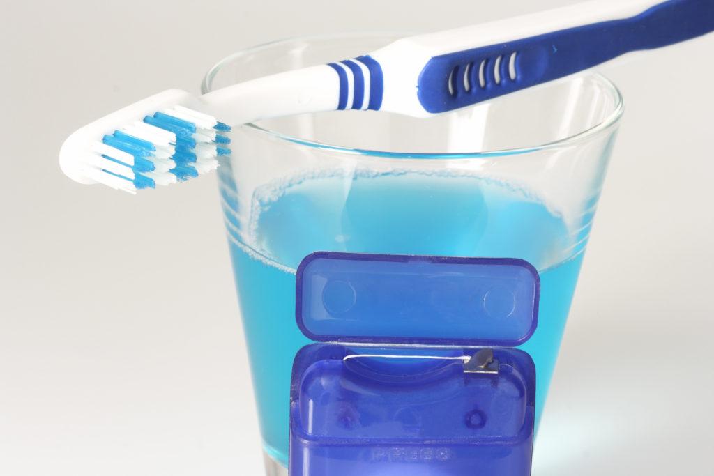 Zähneputzen ist der beste Schutz vor Karies und Zahnfleischentzündungen. Auch regelmäßige Mundspülungen mit Fluorid verbessern den Kariesschutz. (Bild: Birgit Reitz-Hofmann/fotolia.com)