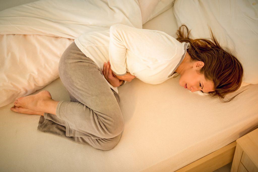 Bei Frauen, die unter dem prämenstruellen Syndrom (PMS) leiden, kann eine Umstellung der Essgewohnheiten die Beschwerden oft lindern. Auf Ungesundes wie Schokolade sollte verzichtet werden. (Bild: milanmarkovic78/fotolia.com)