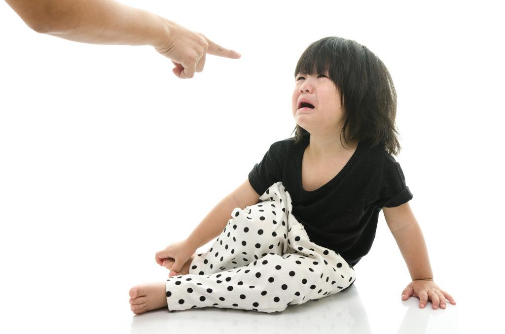 Kinder lernen nicht nur über verbale Gebote und Verbote soziale Normen, sondern interpretieren schon früh Verhaltensweisen als grundsätzliche Regeln, auch wenn das Verhalten eher spontan ist. (BIld: lalalululala/fotolia.com)