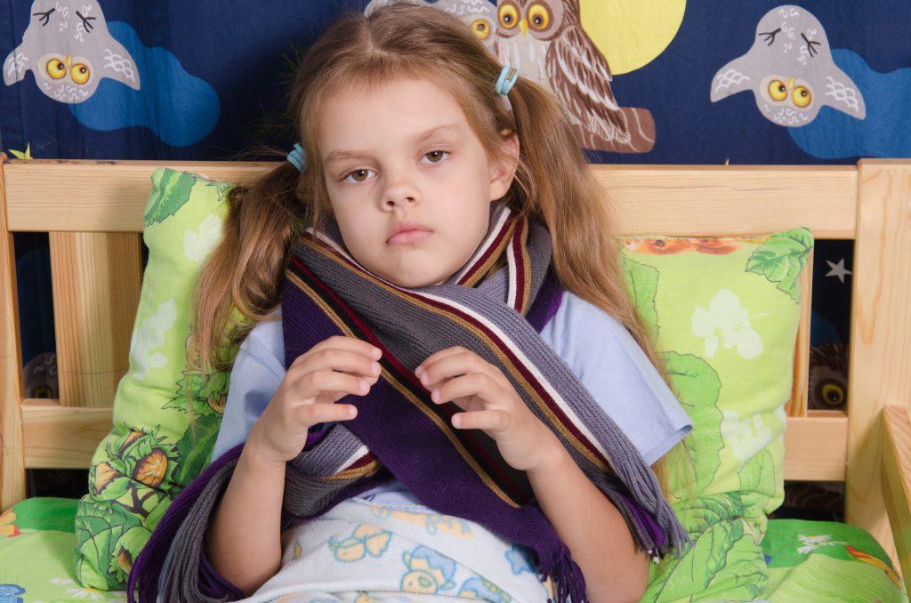 Quarkwickel um den Hals, die mit einem Baumwolltuch und einem Wollschal abgedeckt werden, sind ein vielfach bewährtes Mittel gegen Hustenreiz. (Bild: madhourse/fotolia.com)