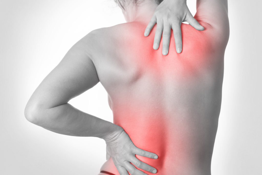 Forscher wollen in einer Studie untersuchen, ob chronische Rückenschmerzen zu Veränderungen im Gehirn führen. Die späteren Erkenntnisse sollen dazu beitragen, die Behandlung der Betroffenen zu verbessern. (Bild: SENTELLO/fotolia.com)