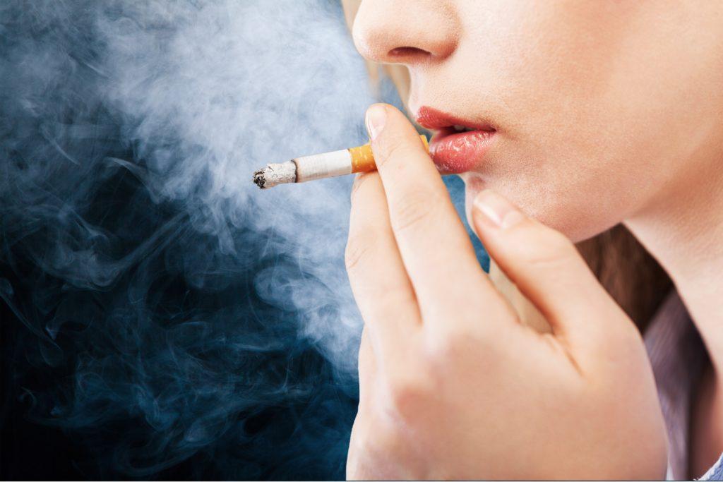 Wollen Sie schon lange mit dem Rauchen aufhören? Aber das Verlangen nach Nikotin hält Sie davon ab? Dann könnte Ihnen vielleicht in Zukunft geholfen werden. Mediziner fanden heraus, dass Placebos wirksam zur Unterdrückung der Sucht von Rauchern sind. Wichtig ist nur, dass die Raucher überzeugt sind, Nikotin zu rauchen. (Bild: BillionPhotos.com/fotolia.com)