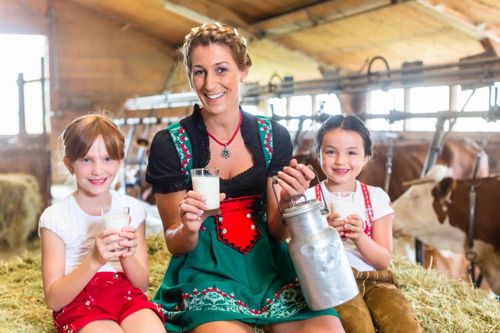 In ländlichen Regionen kann man frische Milch oft direkt beim Bauern kaufen oder in einer Milchtankstelle selbst zapfen. Man sollte die Rohmlich vor dem Verzehr aber unbedingt abkochen, sonst drohen Erkrankungen wie Magen-Darm-Infektionen. (Bild: Kzenon/fotolia.com)