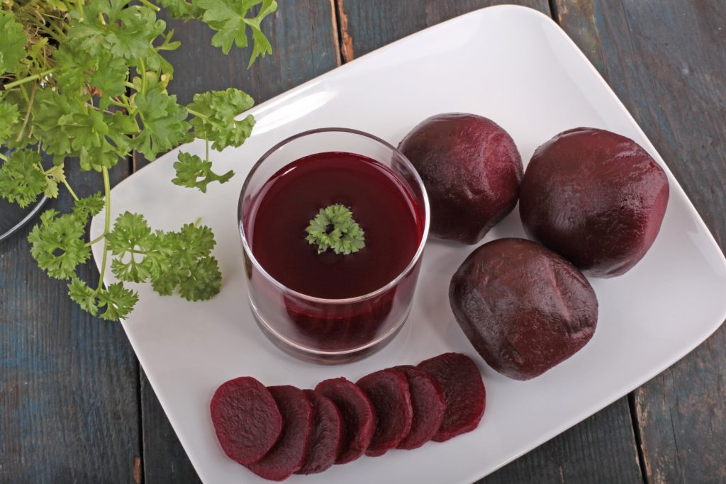 In einer aktuellen Studie zeigte sich, dass Rote-Beet-Saft vor Karies schützen kann. Das in dem Gemüse enthaltene Nitrat, das zu Nitrit umgewandelt wird, bekämpft kariesverursachende Bakterien. (Bild: Thomas Siepmann/fotolia.com)