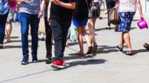 Wenn man beim Gehen schon nach kurzer Zeit krampfartige Schmerzen in den Beinen verspürt, kann dies ein Hinweis auf die sogenannte Schaufensterkrankheit sein. Diese sollte unbedingt frühzeitig behandelt werden. (Bild: /fotolia.com)