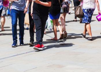 Wenn sich beim Gehen schnell Schmerzen in den Beinen einstellen, kann dies ein Hinweis auf die sogenannte Schaufensterkrankheit sein. Diese geht mit einem erhöhten Risiko für Herzinfarkt und Schlaganfall einher. (Bild: /fotolia.com)