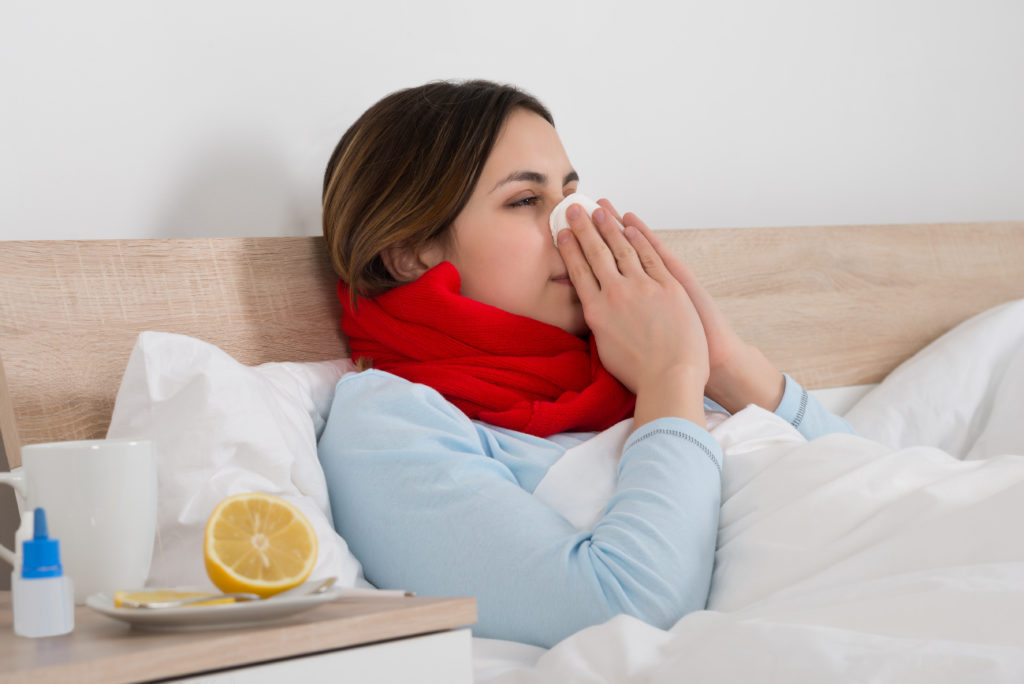 Vermehrte Schleimbildung ist zum Beispiel im Rahmen einer Erkältung festzustellen. Hier können schleimlösende Hausmittel eine äußerst positive Wirkung entfalten. (Bild: Andrey Popov/fotolia.com)