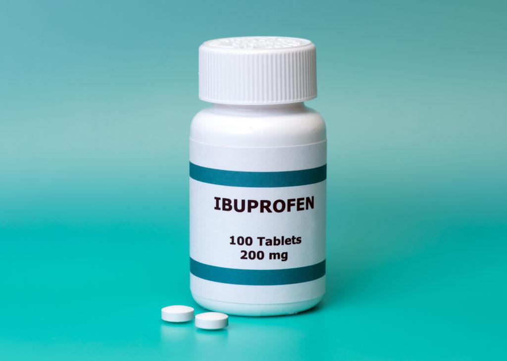 Die Einnahme von Schmerzmittel kann zu gesundheitlichen Problemen führen. Besonders ältere Menschen sind durch die Einnahme von sogenannten NSAIDs gefährdet. Die Verwendung dieser Medikamente kann bei Betroffenen zu einer Herzinsuffizienz führen. (Bild: Sherry Young/fotolia.com)