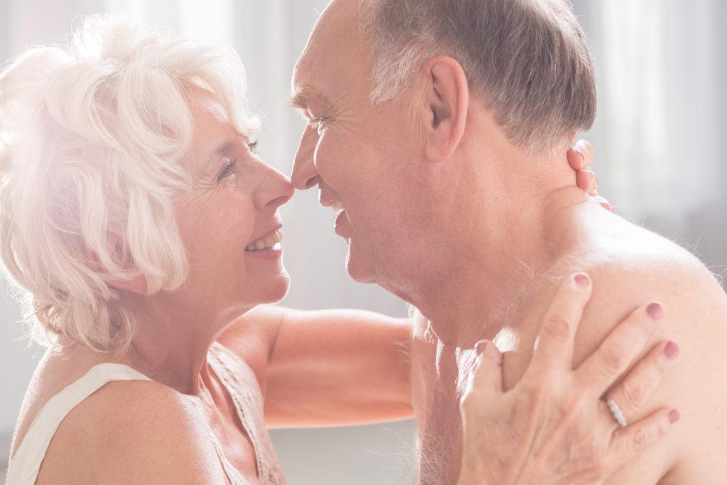Ältere Frauen profitieren gesundheitlich von häufigem Sex. Bei ihnen sinkt laut Forschern die Bluthochdruck-Gefahr. Männer hingegen haben dadurch ein höheres Risiko für Herz-Kreislauf-Erkrankungen. (Bild: Photographee.eu/fotolia.com)