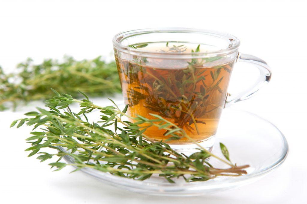 Gegen festsitzenden Schleim bei Husten ist Thymian-Tee ein altbewährtes Hausmittel. (Bild: Manuel Adorf/fotolia.com)