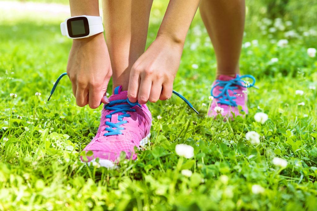 Viele Menschen wollen abnehmen. Dafür nutzen sie verschiedene Mittel und Wege. In den letzten Jahren verwendeten immer mehr Menschen sogenannte Fitnessarmbänder, um ihr Ziel zu erreichen. (Bild: Maridav/fotolia.com)