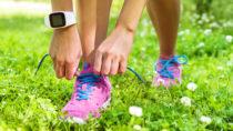 Viele Menschen wollen abnehmen. Dafür nutzen sie verschiedene Mittel und Wege. In den letzten Jahren verwenden immer mehr Menschen sogenannte Fitnessarmbänder um ihr Ziel zu erreichen. (Bild: Maridav/fotolia.com)