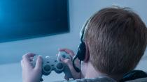 Einer aktuellen Studie zufolge sind Kinder, die viel Zeit mit Videospielen verbringen, im Schnitt verhaltensauffälliger und tun sich schwerer mit Altersgenossen. Sie sind aber auch reaktionsschneller. (Bild: Andrey Popov/fotolia.com)