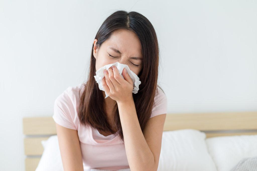 Während alle Menschen täglich unzähligen Erregern ausgesetzt sind, werden manche krank, andere nicht. Auch die Schwere einer Infektionskrankheit ist nicht bei allen Patienten gleich. Dafür könnte der Zeitpunkt der Ansteckung verantwortlich sein. (Bild: leungchopan/fotolia.com)