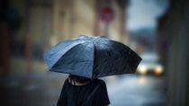 Wie wirkt sich schlechtes Wetter auf chronische Schmerzen aus? Wissenschaftler versuchten jetzt bei einer Studie herauszufinden, ob schlechtes oder kaltes Wetter wirklich unsere chronischen Schmerzen verstärken kann. (Bild: Lunja/fotolia.com)