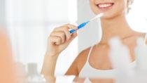Schon kleine Kinder lernen, wie wichtig regelmäßiges Zähneputzen ist. Trotzdem sind selbst Erwachsene oft unsicher, wie die Beißerchen am besten gereinigt werden. Keinesfalls mit zu viel Druck, empfehlen Experten. (Bild: Syda Productions/fotolia.com)