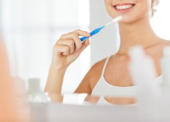 Manche Menschen greifen gleich morgens zur Zahnbürste, andere warten damit bis nach dem Essen. Doch ist es richtig, sich vor oder nach dem Frühstück die Zähne zu putzen? (Bild: Syda Productions/fotolia.com)