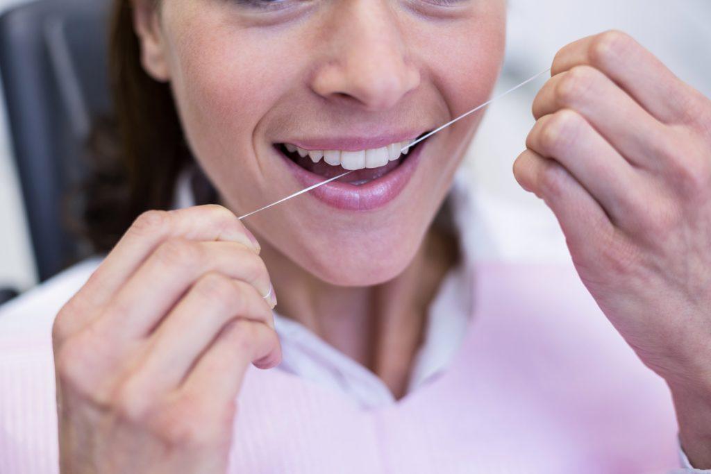 Seit langem empfehlen Zahnärzte für eine bessere Mundhygiene den regelmäßigen Gebrauch von Zahnseide. Ob das Hilfsmittel auch Karies vorbeugen kann, ist allerdings nicht ganz klar. (BIld: WavebreakMediaMicro/fotolia.com)