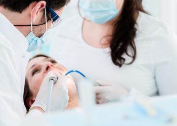 Hat sich das Zahnmark stark entzündet, ist eine Wurzelbehandlung oft die einzige Alternative zum Zahn ziehen. (Bild: Kzenon/fotolia.com)