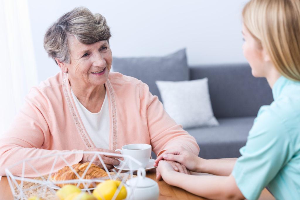 Regelmäßige soziale Kontakte sind eine wichtige Säule in der Alzheimer-Prävention. Denn Einsamkeit ist genauso schädlich wie z.B. Bluthochdruck oder Übergewicht. (Bild: Photographee.eu/fotolia.com)