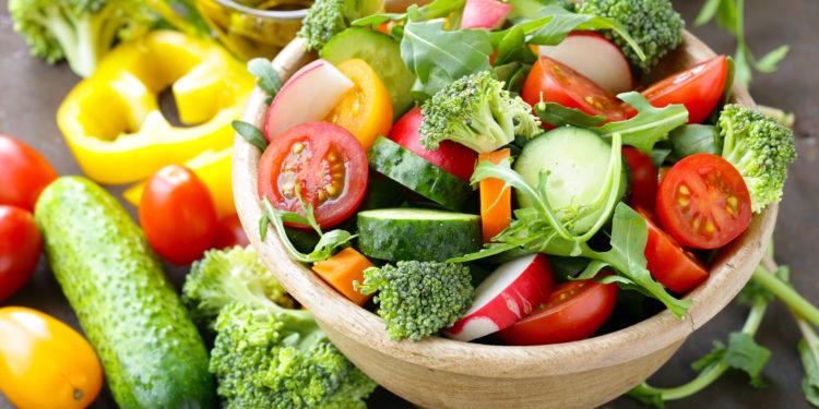 Eine Schüssel voller geschnittenem Gemüse