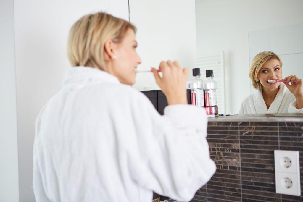 Regelmäßiges Zähneputzen kann Zungenbläschen vorbeugen- doch wer zu viel putzt, kann auch die Mundflora schädigen und wiederum Bläschen fördern. Bild: 2mmedia - fotolia