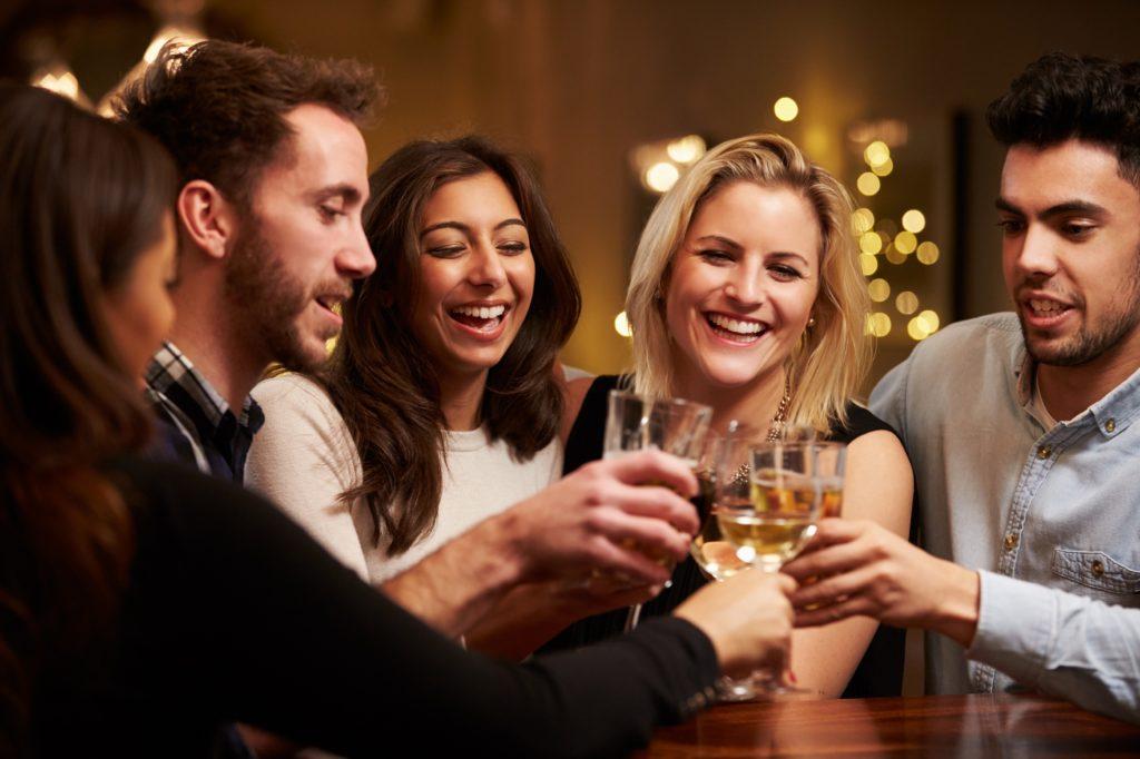 In der Vergangenheit galten Frauen bei alkoholischen Getränken eher als zurückhaltend. Doch mittlerweile trinken sie ähnlich viel wie Männer. Das wurde nun im Rahmen einer Studie festgestellt. (Bild: Monkey Business/fotolia.com)